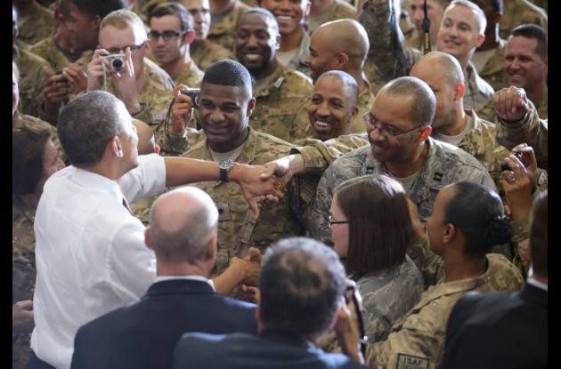 Obama saludó a los soldado estadounidenses en Afganistán.