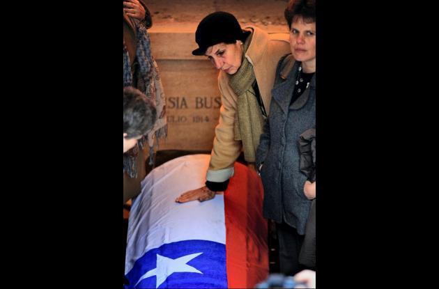 Una de las hijas del expresidente chileno Salvador Allende toca el cajón donde s