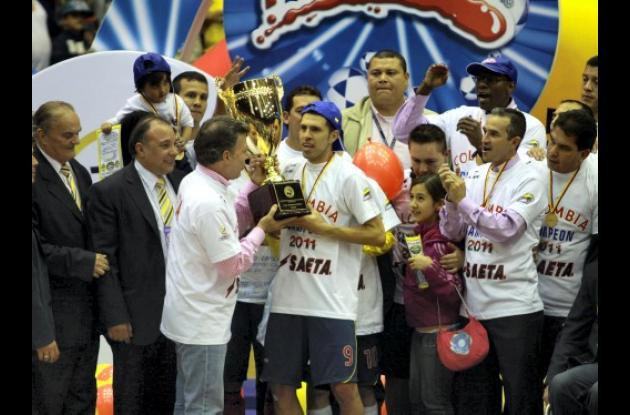 El presidente Juan Manuel Santos le entregó el trofeo de campeón mundial de fútb