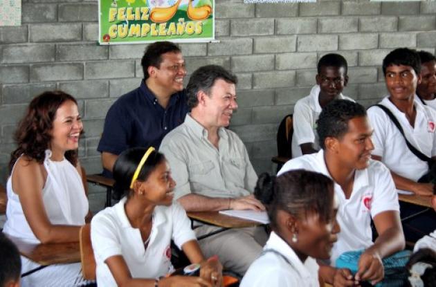Santos saludó a los niños de Megacolegio