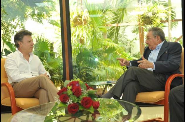 Juan Manuel Santos junto a Raúl Castro durante su visita en Cuba.