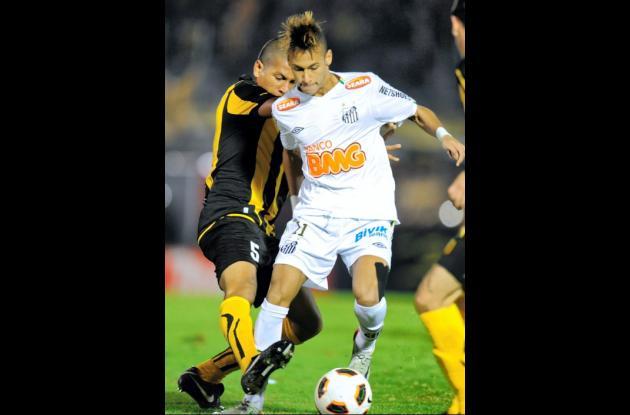 El astro Neymar, del Santos, se movió mucho anoche en el área de Peñarol.