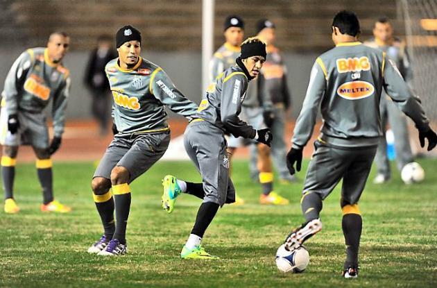 Sesión de entrenamiento de Santos en el estadio de atletismo Mizuho en Nagoya, p