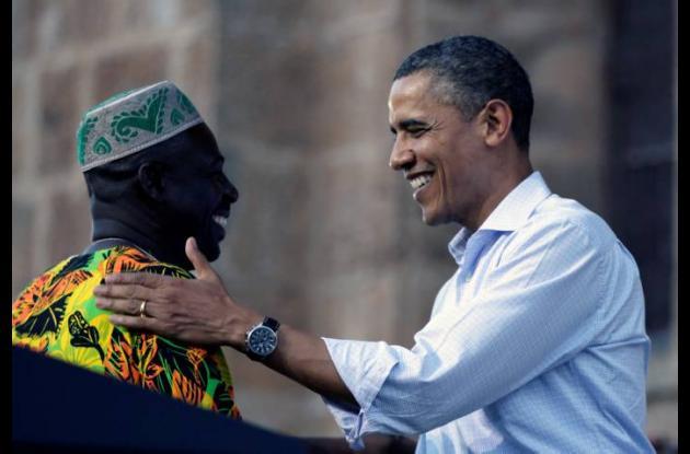 Sebastián Salgado y Barack Obama durante la entrega de la titulación colectiva.