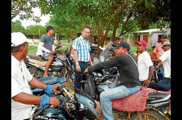 El secretario de Educación, John Vélez, convocando a los mototaxistas de Ayapel.