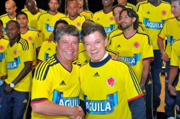 El presidente Santos entregó Bandera de la Alegría a la Selección Colombia.