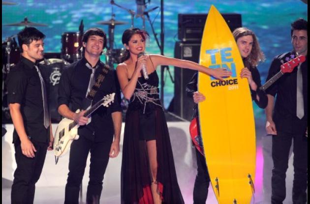 Selena Gómez y 'The Scene' reciben el premio en tarima.