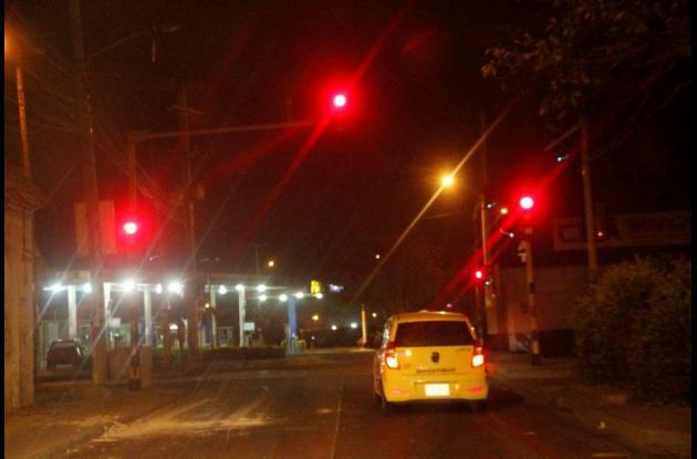 Semáforos en rojo en horas de la noche, conductores piden que los dejen intermitentes.