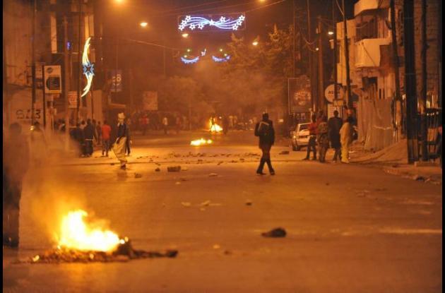 Jóvenes, armados con barras de hierro, quemaron neumáticos durante las escaramuz