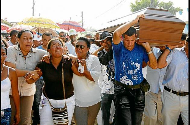 Escenas de llanto y dolor se vivieron en el sepelio del conductor Carlos Enrique