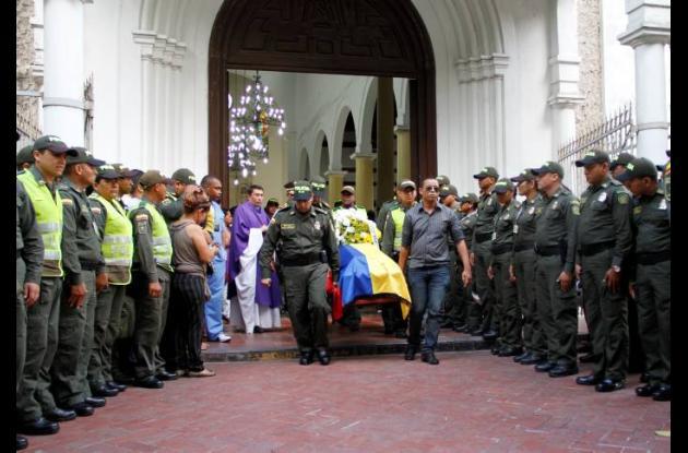 El patrullero Montes fue despedido en medio de honores militares.