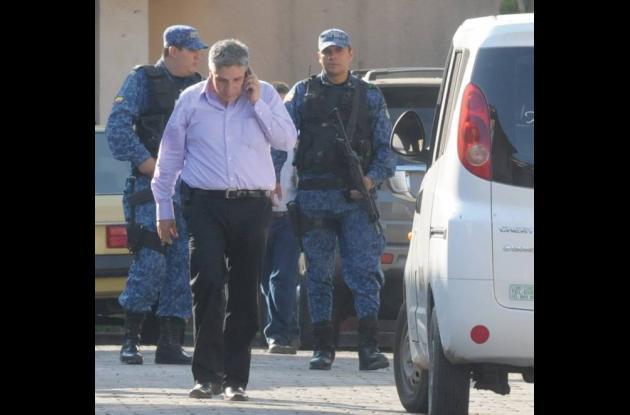 Sigifredo López es escoltado por miembros del Inpec. [Foto archivo]