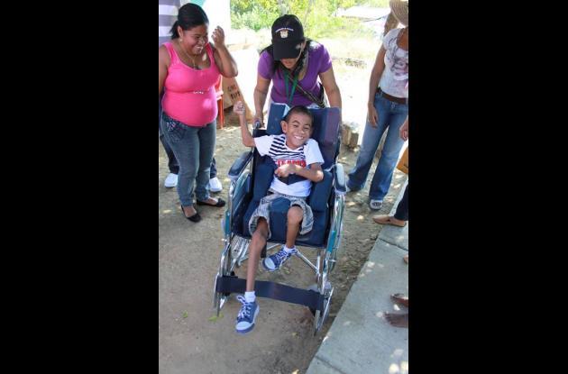 Muy felices recibieron los niños discapacitados las sillas de ruedas entregadas