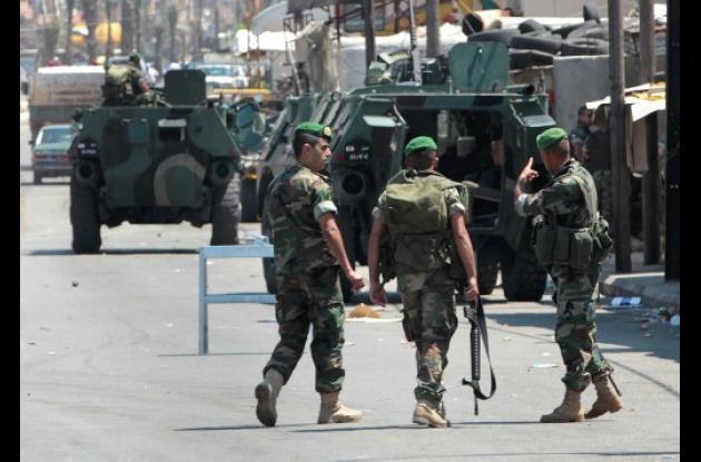 Con tanques de guerra, francotiradores y carros blindados lasfuerzas militares h