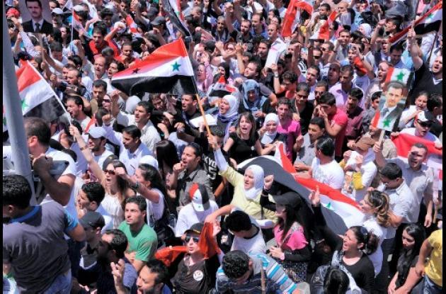 Manifestantes partidarios del régimen de Bashar al Assad se tonaron las calles d