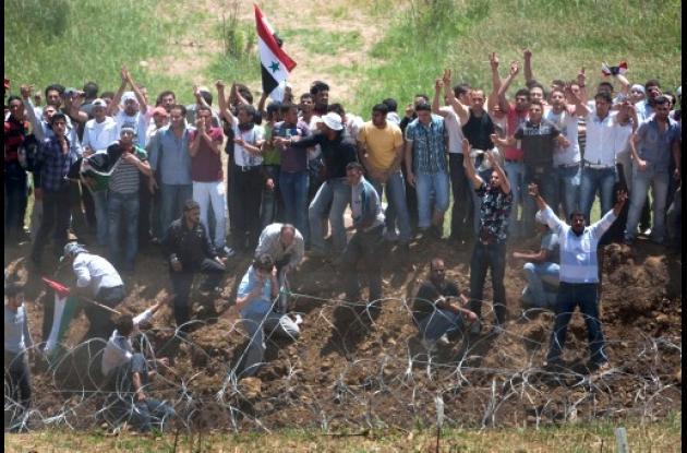 Cientos de protestatarios que agitaban banderas palestinas y sirias intentaron c