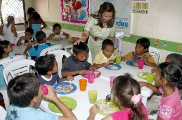 niños y niñas están recibiendo almuerzo balanceado