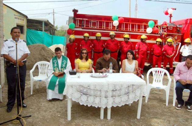 ceremonia de entrega de nueva máquina de bomberos