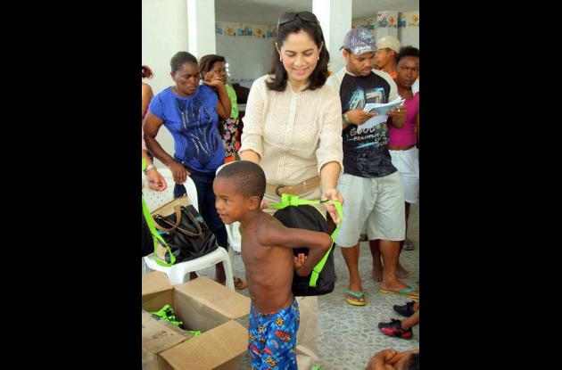 Gestora Social de Sucre entregando kit escolares