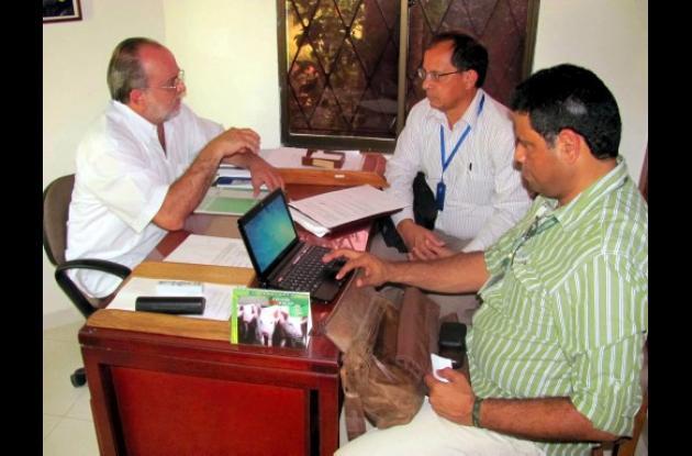 El funcionario de Icontec realizando la auditoría en Unisucre.
