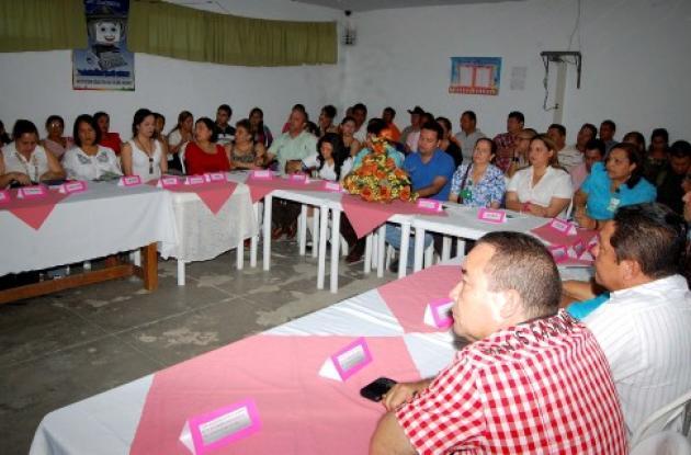 Mesa de trabajo en la institución educativa Altos del Rosario de Sincelejo