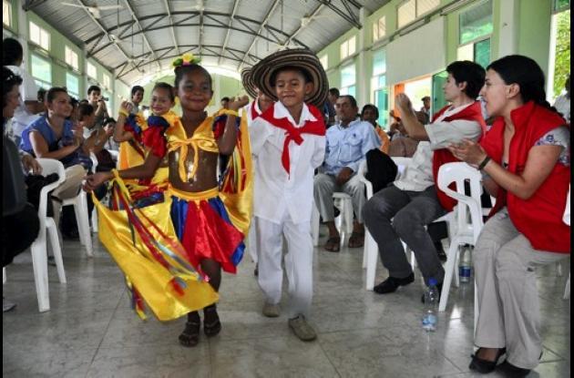 Estudiantes ofrecieron una muestra de baile folclórico.