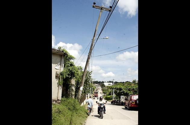 poste con redes de alta tensión es un peligro