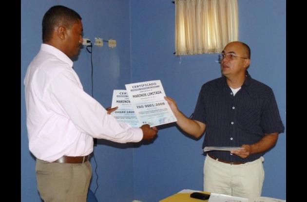 Jorge Delgado entrega al gerente Edgar Pérez, las certificaciones