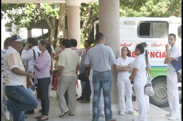 Los trabajadores se congregaron en la parte externa del HUS.