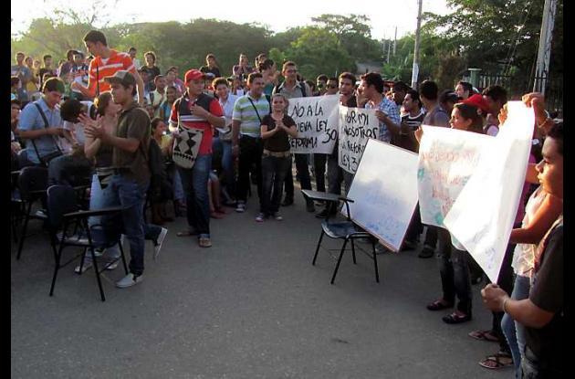 Los estudiantes de Unisucre realizaron un plantón en la entrada principal del a