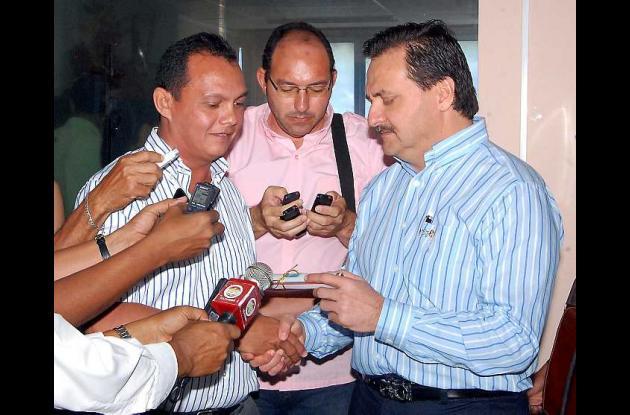El alcalde Jesús Paternina Samur entregó la exaltación al coordinador de la UAO