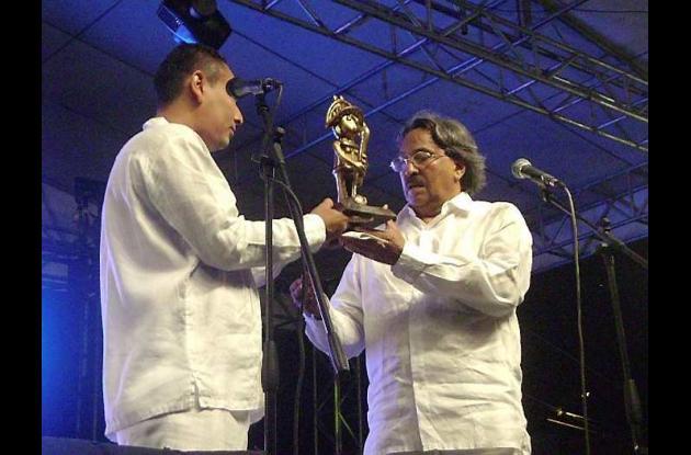 Armando Rivero, entregó reconocimiento al poeta José Ramón Mercado