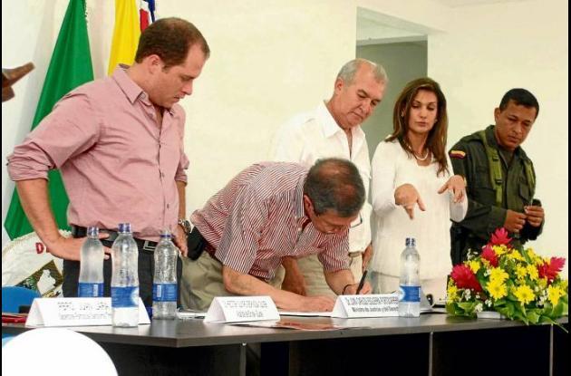 El ministro de Justicia y del Derecho, con el alcalde Héctor Olimpo Espinosa Oli