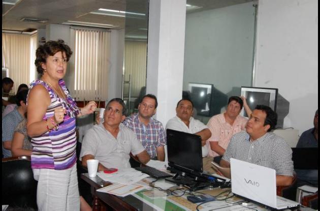 La ministra de Vivienda, Beatriz Uribe, durante la reunión con el alcalde Jairo