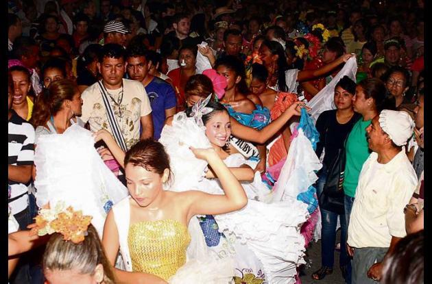 Las candidatas populares bailando fandango recorrieron las calles
