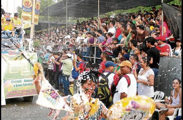 En los desfiles masivos predominó la utilización de espuma y agua.