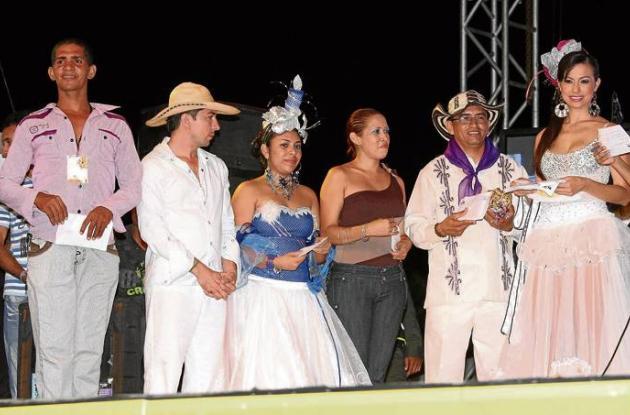 Los representantes de las comparsas ganadoras recibiendo los premios.