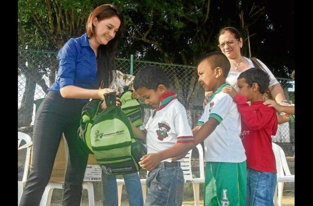 La primera dama municipal,  durante la entrega de kits escolares.