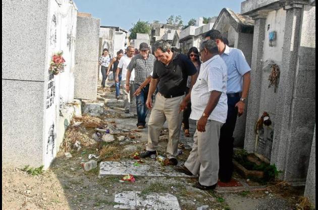 El alcalde Jairo Fernández Quessep, observó el estado del cementerio