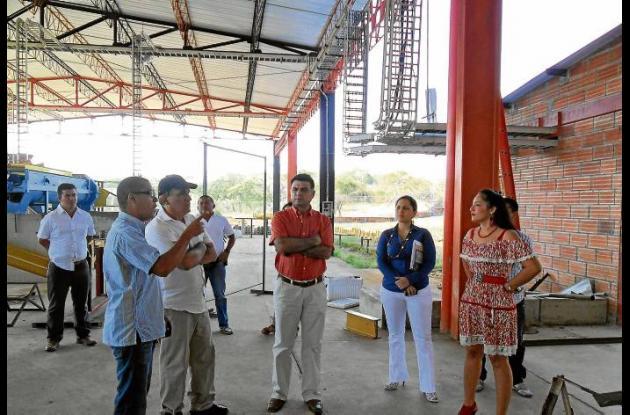 El alcalde Jairo Fernández Quessep, durante la visita a la ladrillera