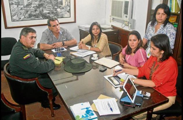 El alcalde Jairo Fernández, en una mesa de trabajo con el comandante de Policía