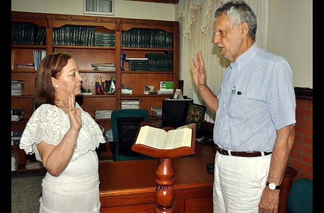 El gobernador Julio Guerra Tulena, posesionando en el cargo a la nueva gerente