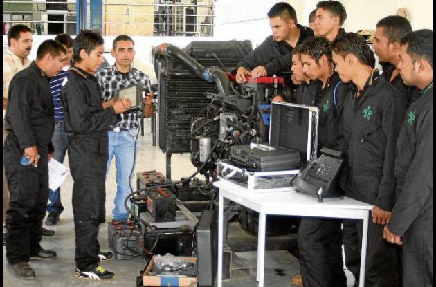 Estudiantes de mecánica automótriz del Sena