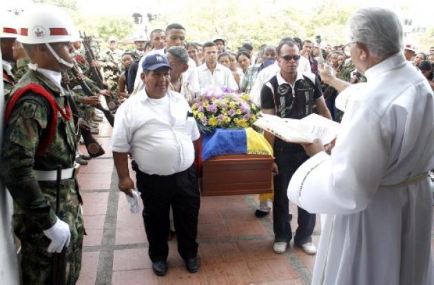 El soldado muerto en emboscada recibió honores militares en su sepelio.