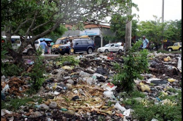 Basurero y contaminación ambiental  frente al Nuevo Mercado de Sincelejo