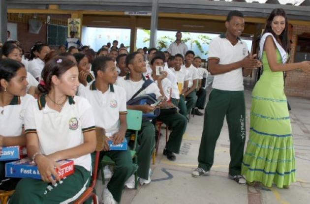Señorita Colombia junto a niños de la Institución educativa 14 de Febrero