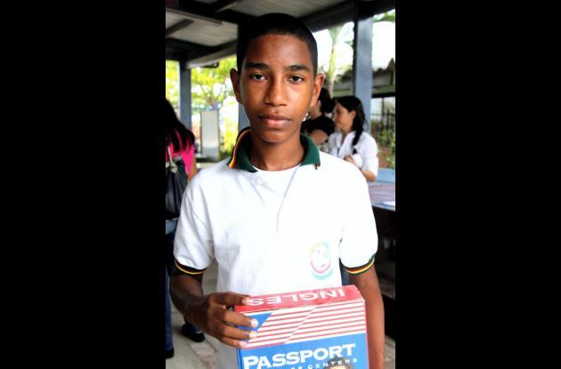Niño becado por el Concurso Nacional de Belleza y Passport, para estudiar inglés