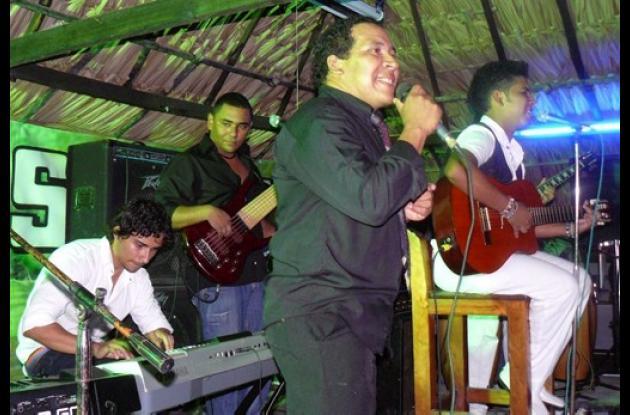 Sammy Javier Navarro Flórez, cantando a dúo con su padre Freddy Navarro Mórelo.