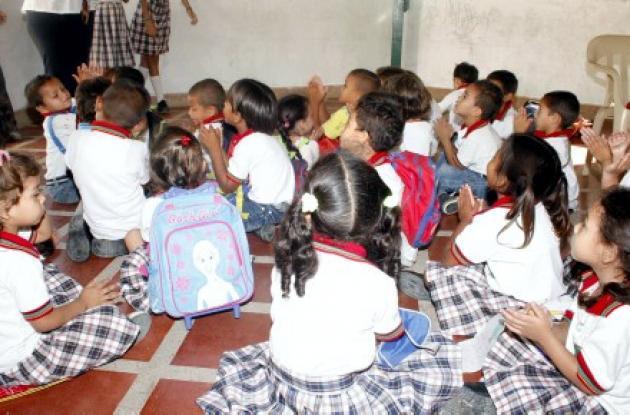 Los niños han tenido que recibir clases sentados en el suelo