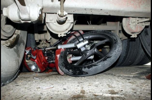 La motocicleta quedó incrustada entre las ruedas traseras de la tractomula.